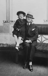 Far og datter fotografert på Landsutstillingen i Bergen 1928. Foto: Atelier KK
