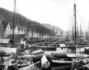 Havnen i Bergen med bryggen og båtene. Fotograf Knud Knudsen 1882/85 Foto: Knud Knudsen