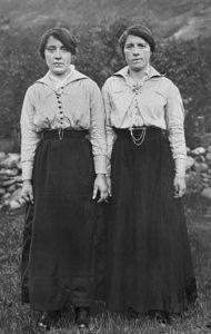 Viser søstrene Oline og Laura Alrek.